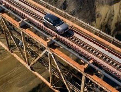 ΜΗΝ ΤΟ ΕΠΙΧΕΙΡΗΣΕΤΕ ! Διαφήμιση αυτοκινήτου πάνω στις γραμμές του τρένου της Διώρυγας