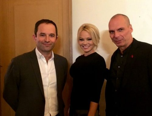 O Γιάνης Βαρουφάκης ποζάρει με την Pamela Anderson στις Βρυξέλλες