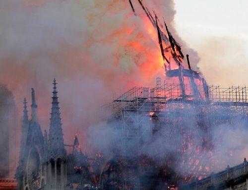 Φωτιά στην Παναγία των Παρισίων: Η στιγμή που πέφτει η κορυφή του καμπαναριού