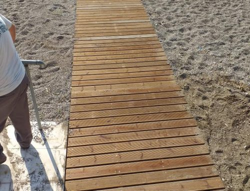 Τοποθετήθηκαν ξύλινες ράμπες για ΑΜΕΑ στις παραλίες στα Ίσθμια και στο Καλαμάκι