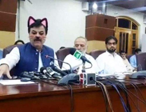 Πακιστάν: Υπουργός εμφανίστηκε με… ροζ αυτάκια και μουστάκια γάτας σε συνέντευξη Τύπου