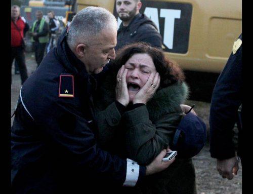 Φονικός σεισμός στην Αλβανία: Θρήνος και αγωνία πάνω από τα χαλάσματα (εικόνες)