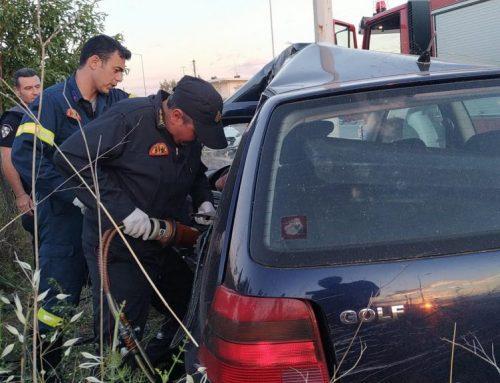 """Κόρινθος: Σοκαριστικό τροχαίο – ΙΧ """"καρφώθηκε"""" σε κολόνα  (εικόνες)"""