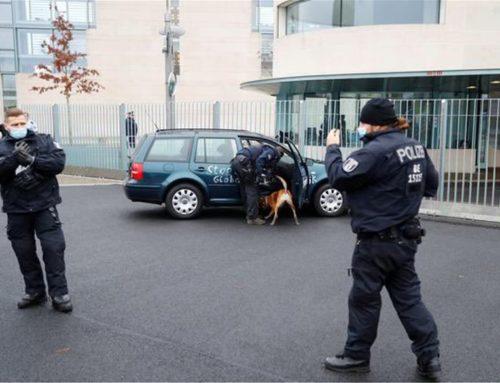 Συναγερμός στο Βερολίνο: Αυτοκίνητο έπεσε στην πύλη της Καγκελαρίας (φωτο-video)