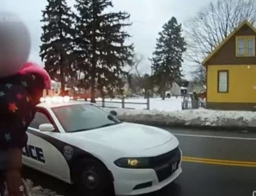 ΗΠΑ: Σάλος από βίντεο σύλληψης αφροαμερικανίδας μαζί με την τρίχρονη κόρη της