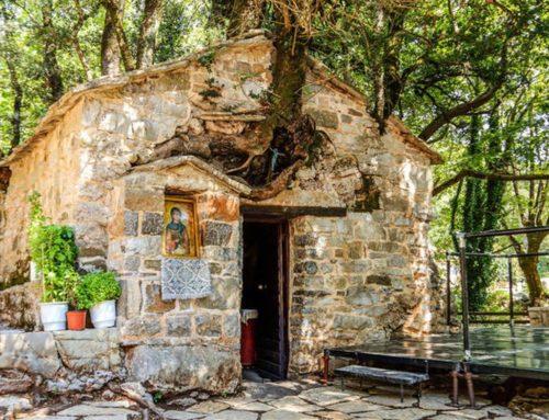 Πελοπόννησος: Το μικρό εκκλησάκι με τα 17 πλατάνια στη στέγη του