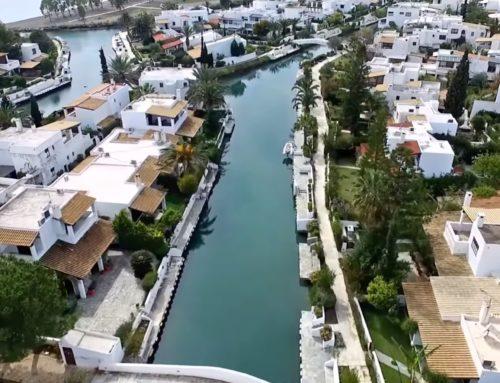 """""""Η Βενετία του Αργοσαρωνικού"""" – Πανέμορφα πλωτά κανάλια διασχίζουν τον οικισμό σε μήκος 3,5 χιλιομέτρων"""