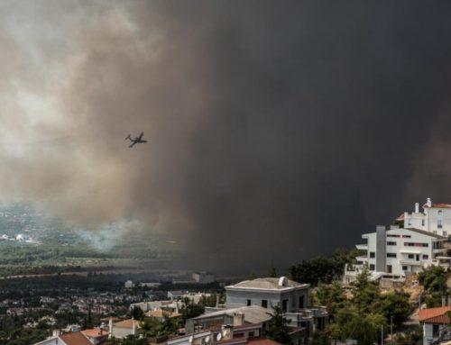 Φωτιά Βαρυμπόμπη: Εγκλωβισμένοι πολίτες, αστυνομικοί και πυροσβέστες